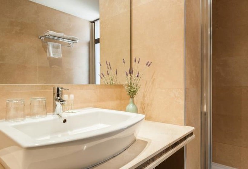 Bathroom Hotel Alcantara Caceres