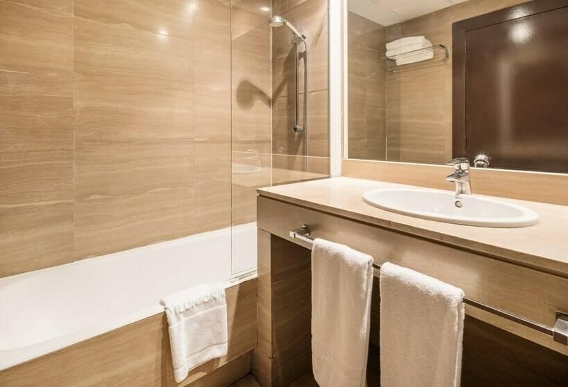 חדר אמבטיה בית מלון כפרי Ilunion Almirante ברצלונה