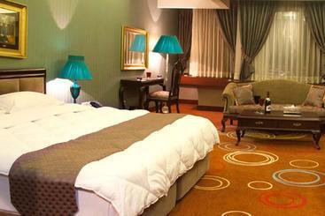 Grand Hotel - 쉬라즈