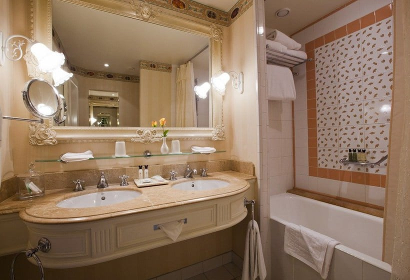 Disneyland hotel in disneyland paris starting at 229 for Accessoires salle de bain paris 14