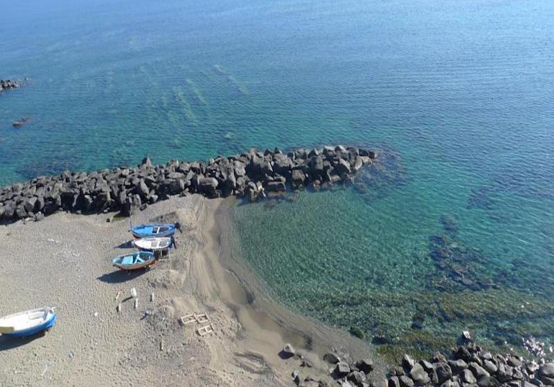 Persone in mare ionio sulla spiaggia a giardini naxos u foto