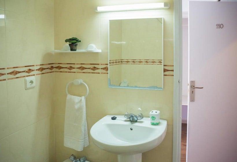 Bathroom NWT Hostal Sunset Ibiza سان أنطونى دى بورتمانى