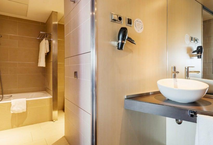 חדר אמבטיה בית מלון כפרי Ilunion Barcelona ברצלונה