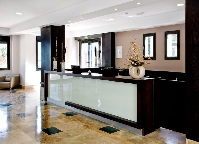 Recepción Aparthotel Compostela Suites Madrid
