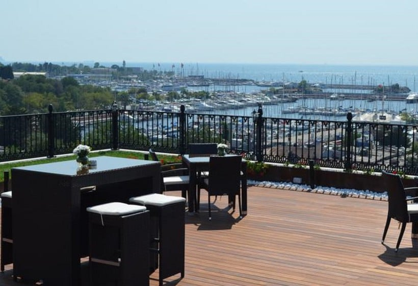 تراس هتل Wyndham Grand Istanbul Kalamis Marina استانبول